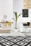 Interno domestico bianco con tappeto fotografie stock