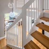 Interno domestico con le scale di legno fotografie stock libere da diritti