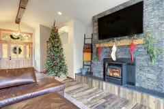 Interno domestico piacevolmente decorato per il Natale fotografie stock libere da diritti