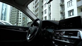Interno e cruscotto moderni dell'automobile archivi video