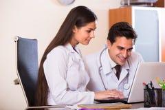 Interno ed istitutore medico alla clinica Immagine Stock
