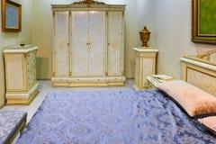 Interno elegante della camera da letto con il grande letto Fotografie Stock Libere da Diritti