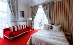 Interno elegante e comodo di una camera da letto in hotel Fotografia Stock Libera da Diritti