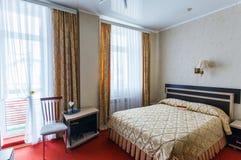 Interno elegante e comodo di una camera da letto in hotel Immagine Stock