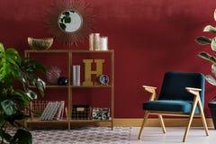 Interno elegante rosso della stanza del livng fotografie stock