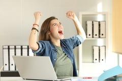 Interno emocionado que celebra éxito en la oficina Imagenes de archivo