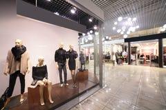 Interno europeo del centro commerciale con i negozi Immagini Stock