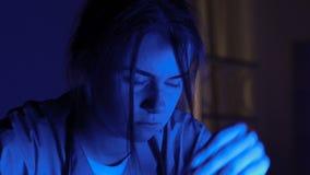 Interno femminile esaurito che lavora tutta la notte nell'ospedale, provando a trovare trattamento video d archivio