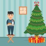 Interno festivo della stanza Albero elegante e ragazzo sveglio dei regali con latte ed i biscotti Immagini Stock