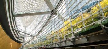 Interno futuristico di architettura del forum dell'internazionale di Tokyo fotografia stock