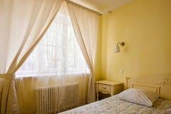 Interno giallo della camera da letto Fotografie Stock Libere da Diritti