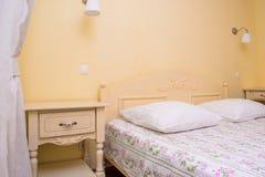 Interno giallo della camera da letto Immagine Stock Libera da Diritti
