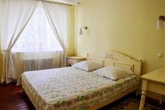 Interno giallo della camera da letto Immagine Stock