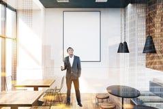 Interno grigio del caffè, manifesto, uomo d'affari Fotografie Stock