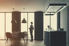 Interno grigio della cucina, controsoffitto, tavola tonificata Immagine Stock Libera da Diritti
