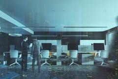 Interno grigio scuro dell'ufficio dello spazio aperto della parete tonificato Immagini Stock