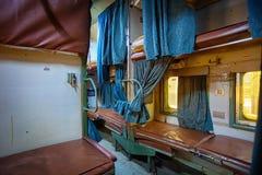 Interno Grungy del treno indiano Fotografie Stock Libere da Diritti