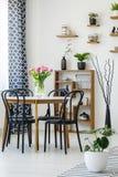Interno industriale con una tavola, sedie nere della sala da pranzo, rosa fotografie stock