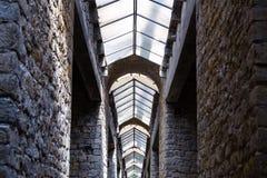 Interno industriale di vecchia costruzione con le finestre Fotografia Stock Libera da Diritti