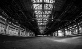 Interno industriale scuro di una costruzione immagini stock