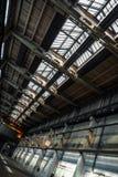 Interno industriale scuro di una costruzione fotografia stock
