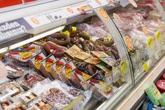 Interno interno delle scalette e dei frigoriferi con i prodotti del supermercato di Migros in Marmaris, Turchia Immagini Stock