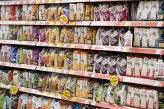 Interno interno delle scalette e dei frigoriferi con i prodotti del supermercato di Migros in Marmaris, Turchia Immagini Stock Libere da Diritti