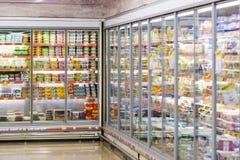Interno interno delle scalette e dei frigoriferi con i prodotti del supermercato di Migros in Marmaris, Turchia Fotografie Stock