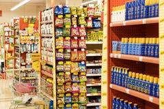 Interno interno delle scalette e dei frigoriferi con i prodotti del supermercato di Migros in Marmaris, Turchia Immagine Stock
