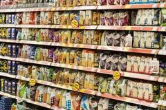 Interno interno delle scalette e dei frigoriferi con i prodotti del supermercato di Migros in Marmaris, Turchia Fotografia Stock