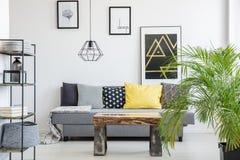 Interno luminoso con la tavola di legno fotografia stock libera da diritti