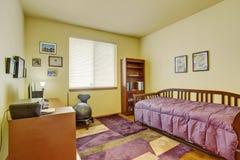 Interno luminoso della camera da letto con lo scrittorio Immagine Stock