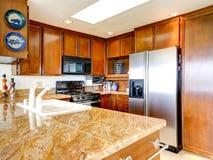 Interno luminoso della cucina con gli apparecchi d'acciaio Fotografia Stock Libera da Diritti