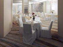 Interno luminoso della sala da ballo con le tavole servite Immagine Stock
