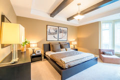 Interno luminoso moderno della camera da letto Fotografie Stock Libere da Diritti
