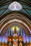 Interno magnifico di un'area dell'altare e della cattedrale che mostra il vasto spazio dentro Fotografia Stock Libera da Diritti