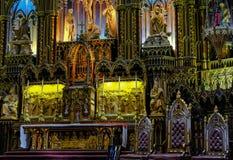 Interno magnifico di un'area dell'altare e della cattedrale che mostra il vasto spazio dentro Fotografia Stock