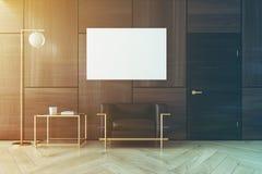 Interno, manifesto e poltrona di legno del salone Fotografie Stock