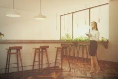 Interno moderno bianco della barra, finestra, donna Fotografia Stock