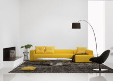 Interno moderno con un sofà giallo nel salone Fotografia Stock Libera da Diritti