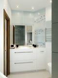 Interno moderno del bagno con le mattonelle bianche, beige e grige Immagini Stock
