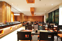 Interno moderno del ristorante nell'illuminazione di notte fotografie stock libere da diritti