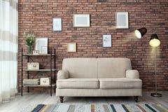 Interno moderno del salone con il SOF comodo fotografia stock libera da diritti