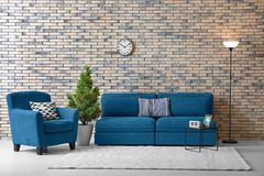 Interno moderno del salone con lo strato comodo Fotografia Stock