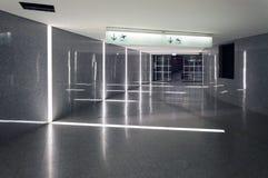 Interno moderno del tunnel alla stazione della metropolitana fotografia stock