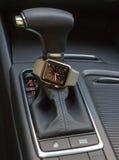 Interno moderno dell'automobile con l'orologio astuto Fotografia Stock