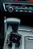 Interno moderno dell'automobile con l'orologio astuto Immagini Stock