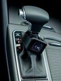 Interno moderno dell'automobile con l'orologio astuto Immagini Stock Libere da Diritti
