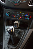 Interno moderno dell'automobile con l'orologio astuto Fotografia Stock Libera da Diritti
