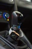 Interno moderno dell'automobile con l'orologio astuto Fotografie Stock Libere da Diritti